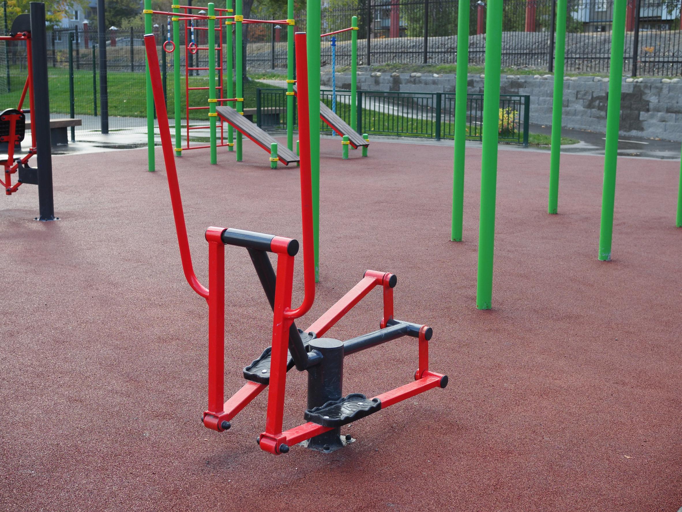 Foto de um simulador de caminhada de uma academia ao ar livre