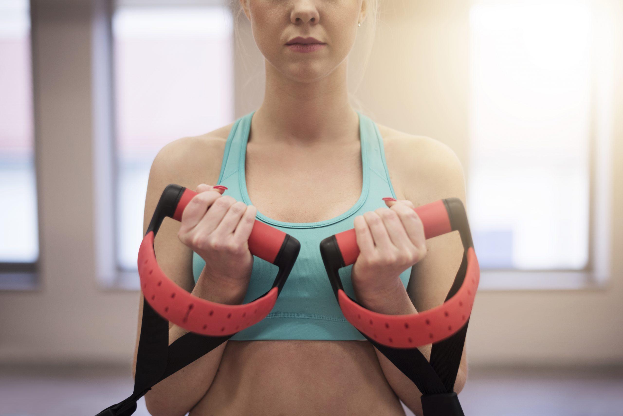 Mulher fazendo exercício na fita de TRX