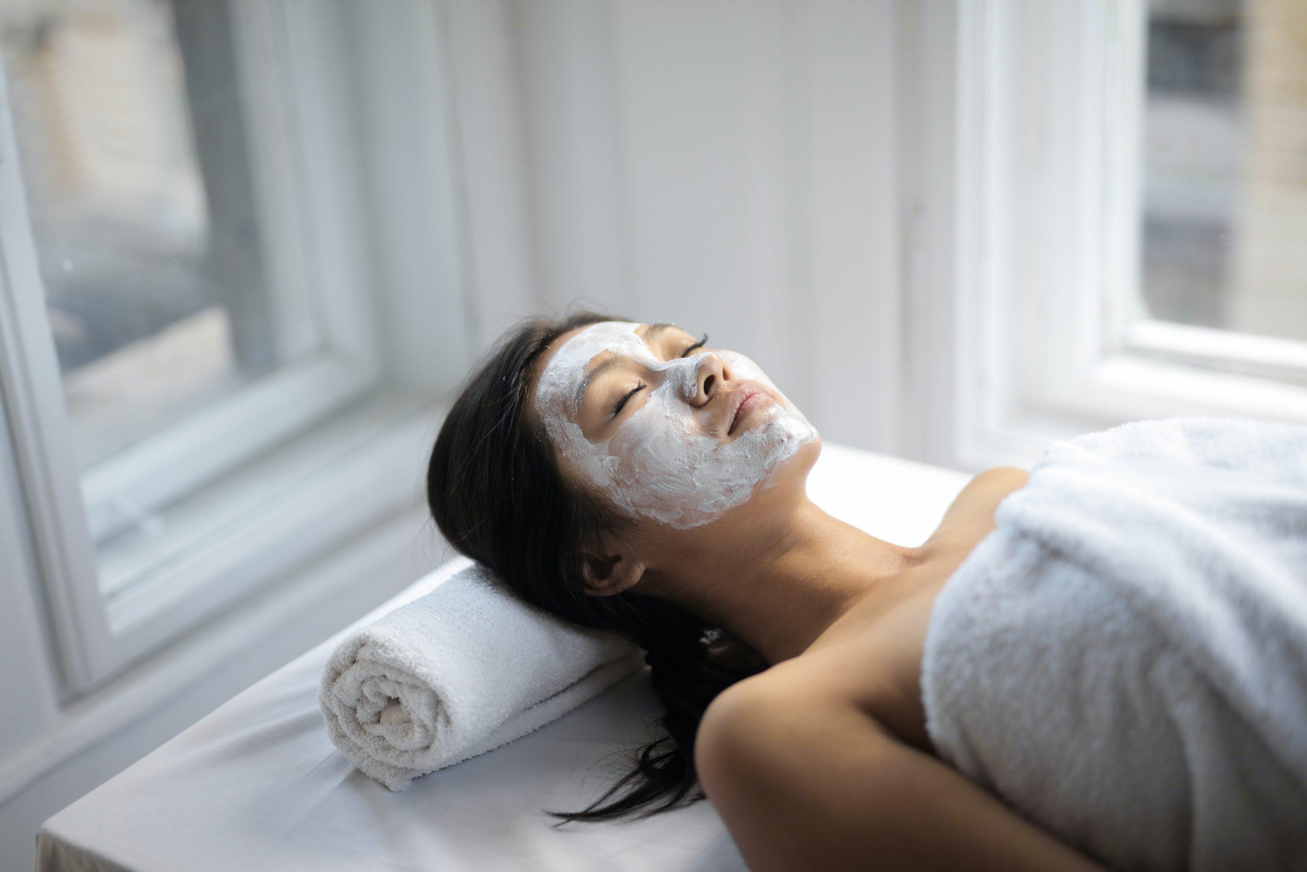 Mujer acostada con tratamiento facial