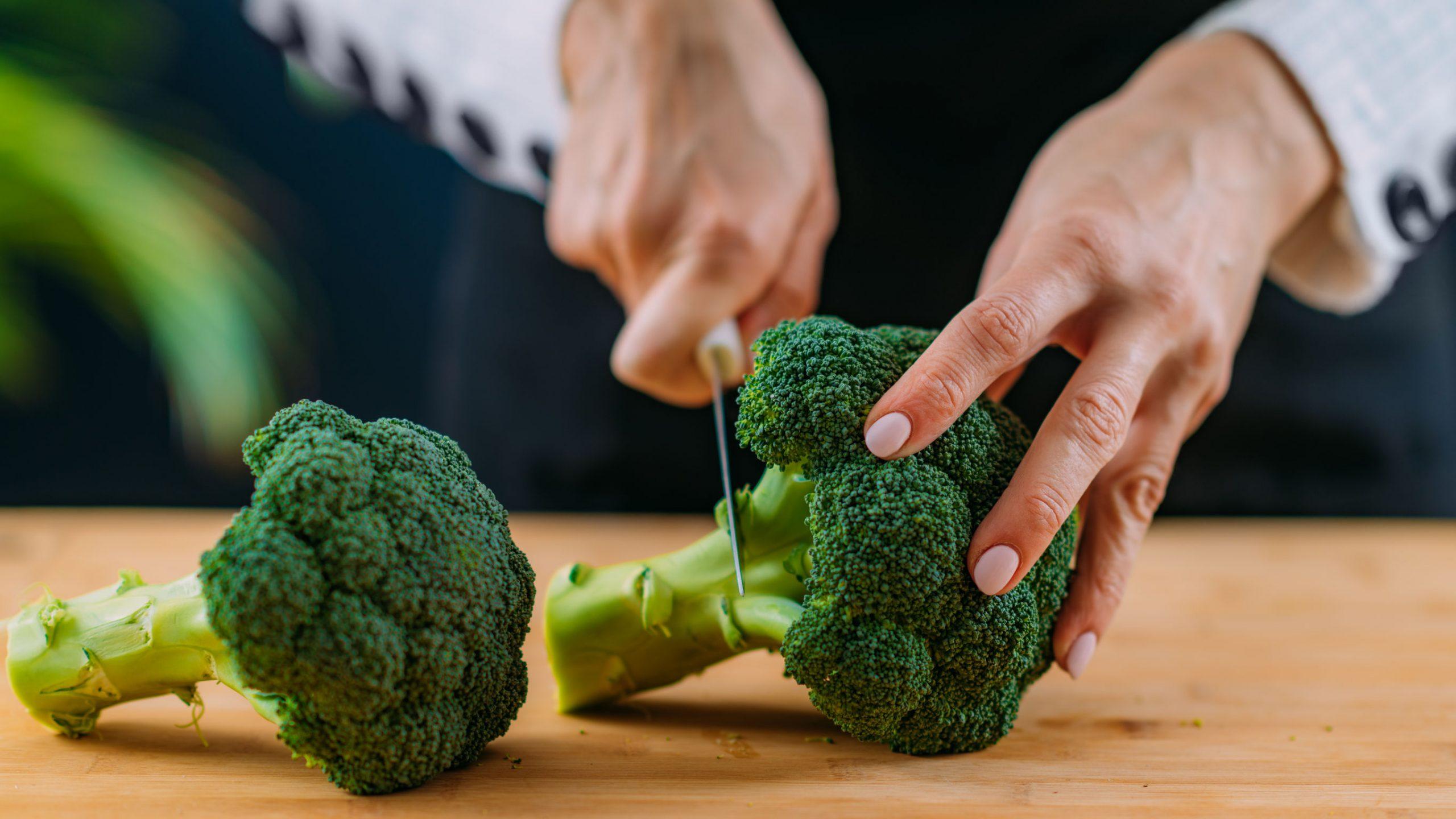 superalimento rico en vitamina K, vitamina C, ácido fólico, potasio, fitonutrientes y fibras