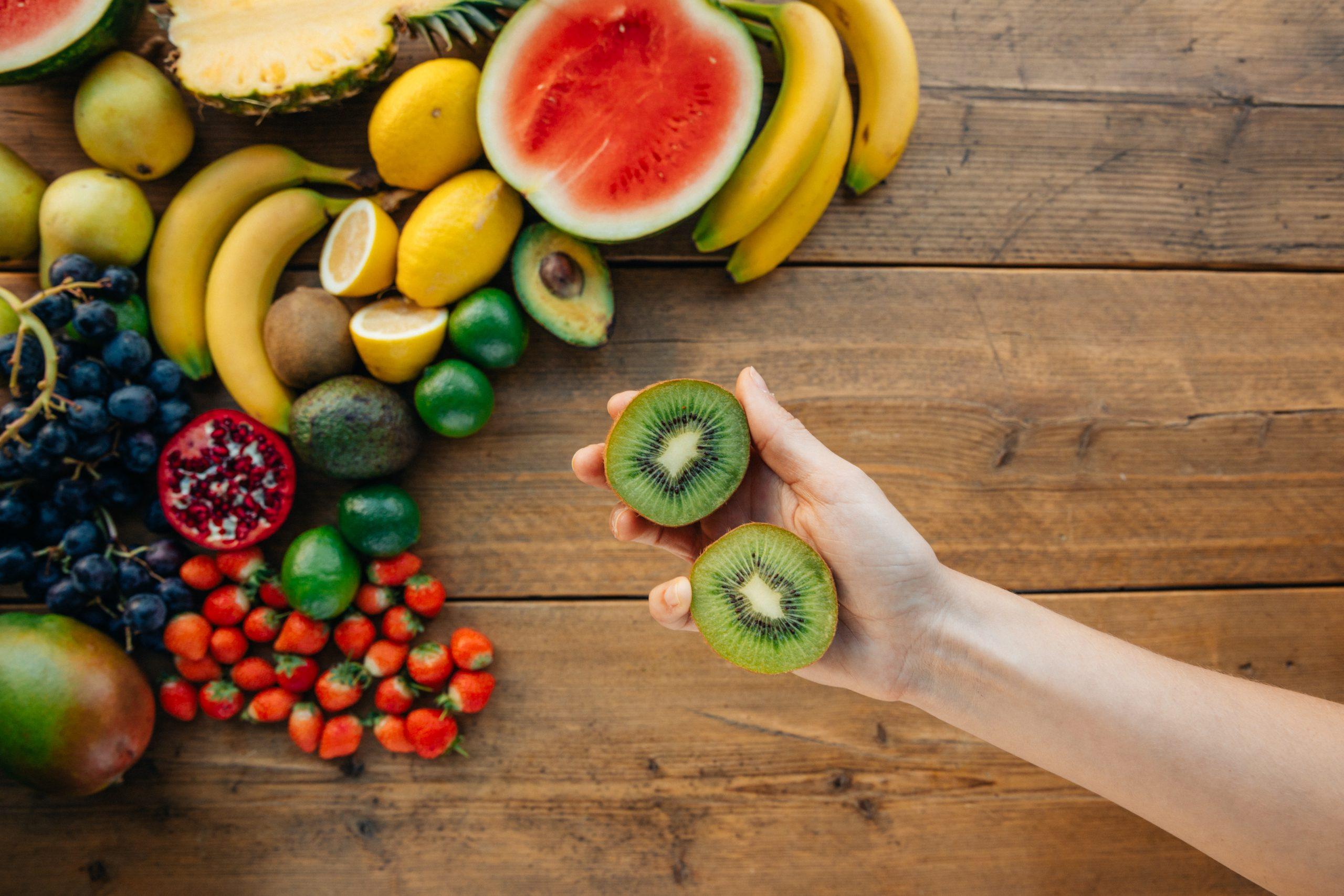 Rodajas de manzana verde y otras frutas en mesa de madera