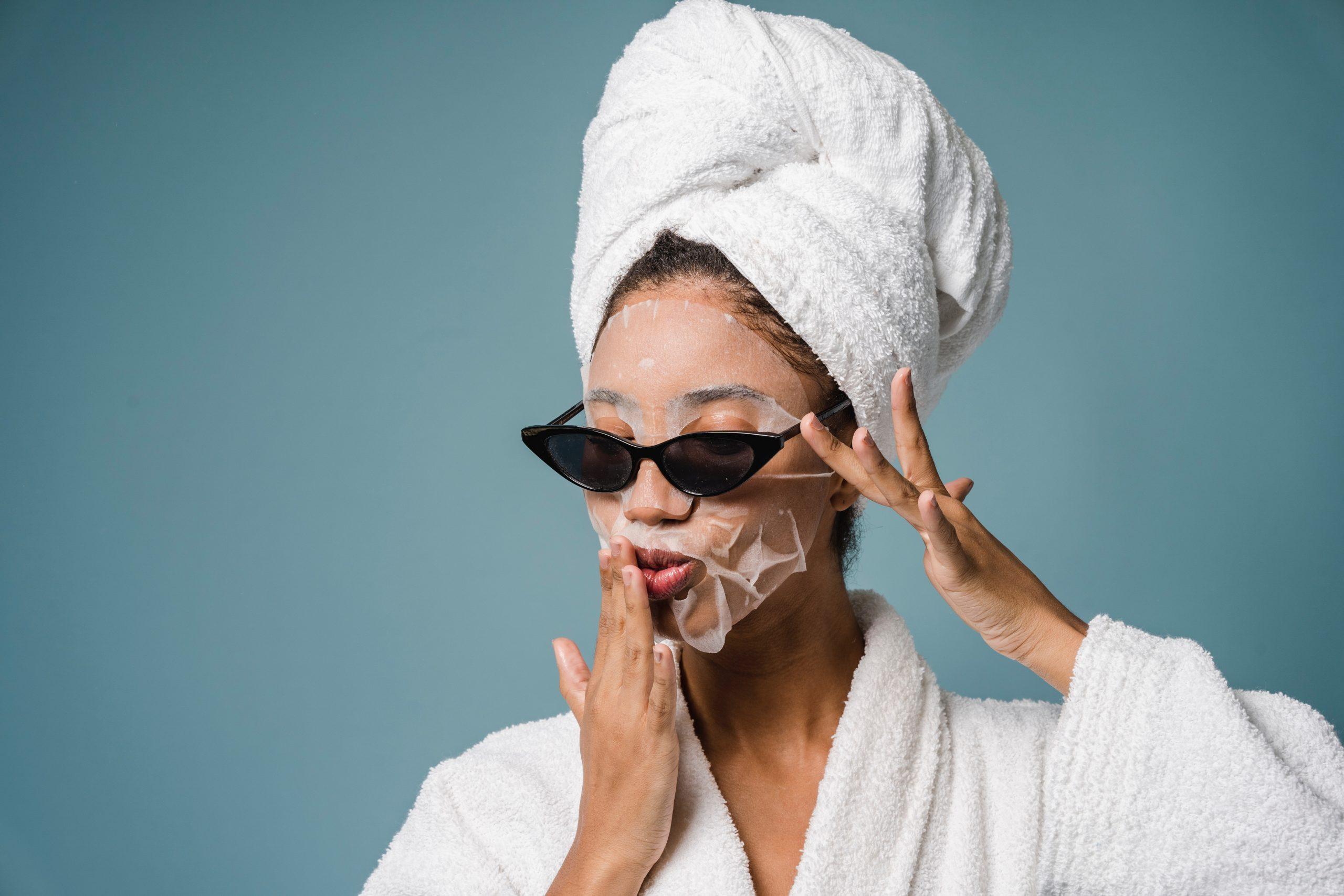 Mujer aplicandose tratamiento facial